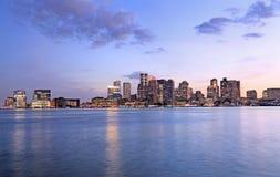 Boston horisont på skymning, USA Arkivbilder