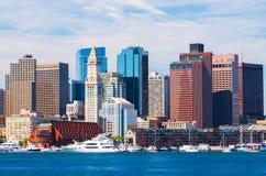 Boston horisont som beskådas från hamnen, skyskrapor i i stadens centrum Boston Arkivfoto