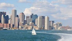 Boston horisont som ses från den Boston hamnen Arkivfoton