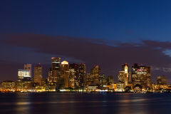 Boston horisont vid natt från östliga Boston, Massachusetts - USA Royaltyfria Foton