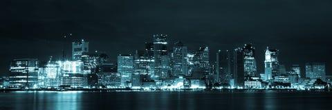 Boston horisont vid natt från östliga Boston, Massachusetts - USA Arkivbilder