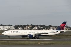 Boston le Massachusetts Etats-Unis 23 09 2017 - Avions à réaction de Delta Airlines conduisant aux portes terminales chez Logan A Images libres de droits