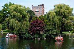 Boston, le Massachusetts, USA, le 27 juillet 2009 : Touristes faisant un tour sur les bateaux célèbres de cygne établis en 1877 e Photographie stock libre de droits
