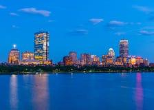 Boston linia horyzontu przy wieczór Drapacze chmur i budynki biurowi w plecy zatoce Zdjęcie Stock