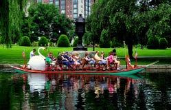 Boston, mA: Barco del cisne en el jardín público de Boston foto de archivo libre de regalías