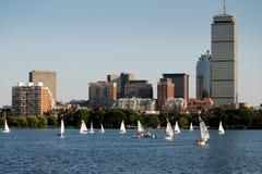 Boston, mA : Horizon et bateaux à voiles de fleuve de Charles Photos stock