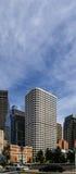 Boston, mA, los E.E.U.U. 25 de julio 2009: Edificios céntricos de Boston delante de la composición de la vertical del cielo nubla Foto de archivo libre de regalías
