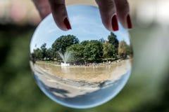 Boston, mA, los E.E.U.U. 06 09 La opinión 2017 de la bola de cristal sobre gente disfruta del espray de enfriamiento en la charca Foto de archivo