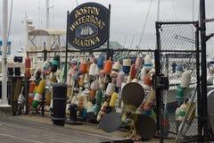 BOSTON, MA, AM 24. OKTOBER 2014: Jachthafen Bostons Waterboat gelegen auf historischem langem Kai Stockfotos