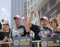BOSTON, MA, U.S.A. - 18 GIUGNO: Johnny Boychuck e Dennis Seidenberg celebrano la vittoria di Stanley Cup alla parata di Boston Bru Immagine Stock