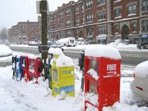 Boston, MA/USA-January 22 2014: Gazety i magazynu aptekarki pudełka pod śniegiem w śnieżnym dniu/ zdjęcie stock