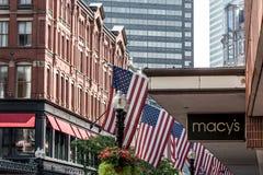 Boston, MA usa 06 09 2017 - Macy ` s zakupy centrum handlowego sklep z ludźmi chodzi i flaga amerykańskiej falowaniem Zdjęcia Stock