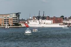 Boston, MA, usa 05 09 2017 - Statki USA straż przybrzeżna dokowali przy Podstawowym Boston na słonecznym dniu Obrazy Royalty Free