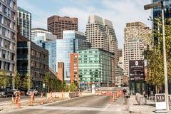 Boston MA USA 04 09 versehen Skylinesommertagespanoramablickgebäudestadtzentrum 2017 und -straße mit Verkehr in Ufergegend mit Se Stockfoto