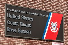 Boston, MA, usa 05 09 2017 - Znak USA straży przybrzeżnej macierzysta baza Boston na słonecznym dniu Obraz Royalty Free