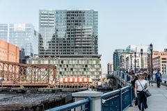 Boston Massachusetts EUA 06 09 vista 2017 na margem com arranha-céus e a ponte velha da avenida Foto de Stock