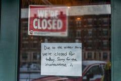 BOSTON, MASSACHUSETTS - 3 GENNAIO 2014: Negozio chiuso a causa della tempesta della neve a Boston Immagini Stock
