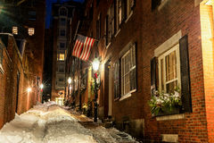 BOSTON, MASSACHUSETTS - 3. JANUAR 2014: Leuchtfeuer Hill Street in Boston Lange Belichtungsnachtphotographie Eichel-Straße, Bosto Stockfotografie