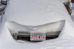 BOSTON, MASSACHUSETTS - JANUARI 03, 2014: Voertuig onder de Sneeuw na het Sneeuwonweer in Boston Stock Afbeeldingen