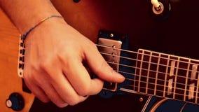 Boston, Massachusetts mężczyzn przedstawień palca praca na gitarze - 20181025 - zbiory wideo