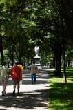 Boston, Massachusetts, US, am 27. Juli 2009: Fußgänger, der in Richtung zu Hamilton-Statut auf Commonwealth-Allee geht Die Statue Stockfoto
