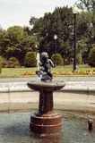 Boston, Massachusetts, US, am 27. Juli 2009: Kleiner Kinderbrunnen durch Mary E Moore in allgemeinem Garten Bostons, nahe Arlingt Lizenzfreies Stockbild