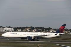 Boston Massachusetts usa 23 09 2017 - Delta Airlines dżetowi samoloty jedzie terminal bramy przy Logan lotniskiem Obraz Royalty Free