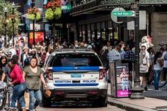 Boston Massachusetts usa 06 09 2017 - Boston samochód policyjny w mieście między społeczeństwem wiele ludzie patroli/lów Zdjęcia Royalty Free