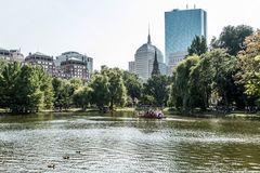 Boston, Massachusetts, usa 06 09 2017 turystów cieszy się przejażdżkę na sławnych łabędzich łodziach przy Boston Jawnego ogródu s Fotografia Royalty Free