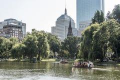 Boston, Massachusetts, usa 06 09 2017 turystów cieszy się przejażdżkę na sławnych łabędzich łodziach przy Boston Jawnego ogródu s Zdjęcie Stock