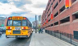 BOSTON, MILIAMPÈRE - 17 DE OUTUBRO DE 2015: Ônibus escolar no tráfego de cidade B Imagem de Stock Royalty Free