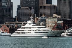 Boston miliampère EUA 05 09 2017 barcos de navigação maias do iate da rainha em Charles River na frente da skyline de Boston no d fotografia de stock royalty free