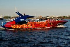 Boston, miliampère: Godzilla que visita o barco imagens de stock