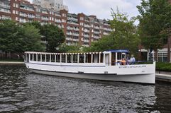 Boston miliampère, o 30 de junho: Barco do cruzeiro em Charles River de Boston no estado de Massachusettes de EUA imagens de stock