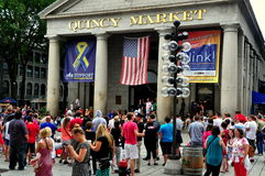 Boston MOR: Folkmassor på Quincy Market Royaltyfria Bilder