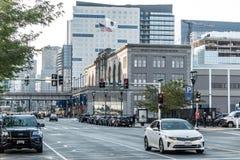 Boston MOR, USA 05 09 Horisont för 2017 skyskrapor med daglig biltrafik på vägen Royaltyfria Foton