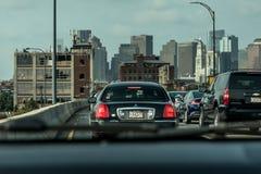 Boston MOR, USA 05 09 Horisont för 2017 skyskrapor med daglig biltrafik på vägen Arkivbild