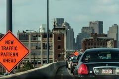 Boston MOR, USA 05 09 Horisont för 2017 skyskrapor med daglig biltrafik på vägen Royaltyfri Bild
