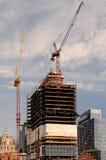 Boston MOR, USA 25 Juli 2009: Skott av det framkallande byggnadskadavret och kranar i strandområde av Boston Arkivfoton