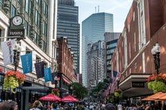 Boston MOR USA 06 09 2017 - Lager för shoppinggalleria för Macy ` s med folk som går, och att vinka för amerikanska flaggan Arkivfoto