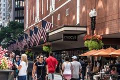 Boston MOR USA 06 09 2017 - Lager för shoppinggalleria för Macy ` s med folk som går, och att vinka för amerikanska flaggan Royaltyfri Bild