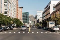 Boston MOR USA 04 09 2017 sid byggnader centrum och väg för panoramautsikten för horisontsommardagen med trafik på strand Royaltyfri Fotografi