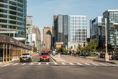 Boston MOR USA 04 09 2017 sid byggnader centrum och väg för panoramautsikten för horisontsommardagen med trafik på strand Royaltyfri Foto