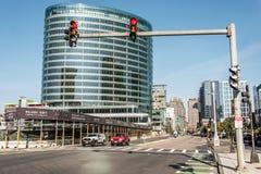 Boston MOR USA 04 09 2017 sid byggnader centrum och väg för panoramautsikten för horisontsommardagen med trafik på strand Fotografering för Bildbyråer