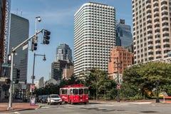 Boston MOR USA 04 09 2017 sid byggnader centrum och väg för panoramautsikten för horisontsommardagen med trafik på strand Arkivbild