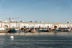Boston MOR USA 04 09 Sikt 2017 av hamnen från den Boston stranden med fiskebåten åker lastbil fartyg ankrade Massachusets Royaltyfria Bilder