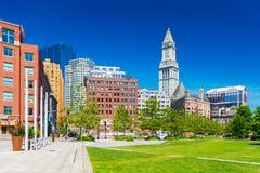 Boston MOR, USA: Sikt av tornet för beställnings- hus och de omgeende byggnaderna Arkivbild