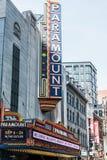 Boston MOR USA 06 09 Tecknet 2017 för neon för den Paramount teatern dominerar det iconic Washington Street Theater District Arkivbild