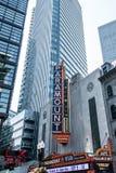 Boston MOR USA 06 09 Tecknet 2017 för neon för den Paramount teatern dominerar det iconic Washington Street Theater District Royaltyfri Bild