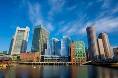 Boston nabrzeże z drapaczami chmur i mostem Zdjęcia Stock